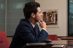 Stiligt ungt affärsmanPortrait In His kontor Royaltyfri Foto