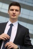 Stiligt ungt affärsmansammanträde i hans bil Fotografering för Bildbyråer