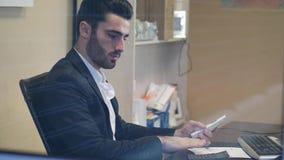 Stiligt ungt affärsmansammanträde på skrivbordet i regeringsställning stock video