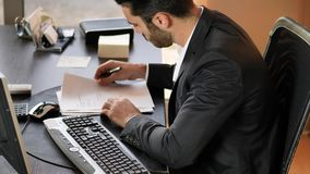 Stiligt ungt affärsmansammanträde på skrivbordet i regeringsställning lager videofilmer