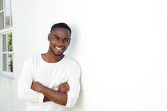 Stiligt ungt afrikanskt mananseende med hans korsade armar arkivfoton
