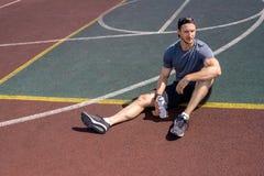 Stiligt vila för idrottsman royaltyfri fotografi