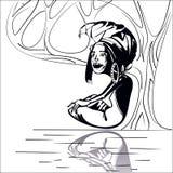 Stiliserad bild av ett vuxet afrikanskt kvinnasammanträde under ett träd nära floden svart white Arkivbild