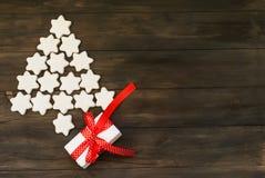Stiliserad julgran med glasade kakor stjärna och gåvaasken Arkivbilder