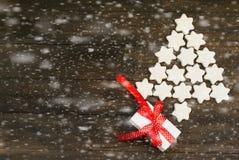 Stiliserad julgran med glasade kakor stjärna och gåvaasken Fotografering för Bildbyråer