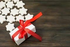 Stiliserad julgran med glasade kakor stjärna och gåvaasken Arkivbild