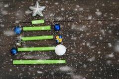 Stiliserad julgran med papper och leksaken Julbackgroun Royaltyfri Bild