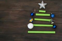 Stiliserad julgran med papper och leksaken Julbackgroun Royaltyfria Foton