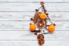 Stiliserad julgran med tangerin, kanelbruna pinnar, stjärna Royaltyfria Bilder