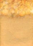 Stiliserad pappers- bakgrund med pumpor i höstsidor Royaltyfri Fotografi