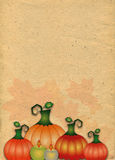 Stiliserad pappers- bakgrund med pumpor i höstsidor Arkivfoto