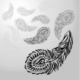 Stiliserad prydnadtextursvart befjädrar på vit-grå färger bakgrund och att gå tillbaka in i avstånd och försvinner från sikt Royaltyfri Fotografi
