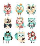 Stiliserad uppsättning för designugglaEmoji klistermärkear av barnsliga vektortecken för tecknad film med skraj beståndsdelar royaltyfri illustrationer