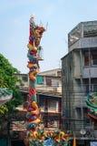 Stiliserade Dragon Pole på en kinesisk tempel i Bangkok, Thailand Arkivfoto