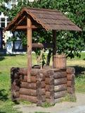 Stiliserat forntida väl i byn för parkeravinodlingsemesterort av Abrau-Durso Krasnodar Ryssland Arkivfoton