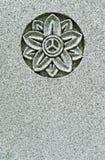 Stilisiert Blumenschnitzen auf Weinlesegrabstein lizenzfreie stockbilder