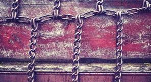 Stilisierte Ketten der Weinlese auf alter hölzerner Wand Lizenzfreie Stockfotos
