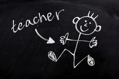 Glücklicher Lehrer auf einer Tafel Stockfoto