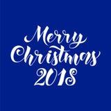 Stilisierte weiße Vektortext der frohen Weihnachten kalligraphische Hand gezeichnete einzigartige Beschriftung auf blauer Hinterg Lizenzfreie Stockbilder