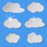 Stilisierte weiße Wolken im blauen Himmel, die Sonne Lizenzfreies Stockbild