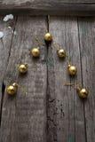 Stilisierter Design Weihnachtsbaum mit Weihnachtsbällen auf hölzernem Hintergrund Stockbilder