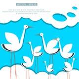 Stilisierter Storch auf einem Hintergrund des blauen Himmels mit Stockbild