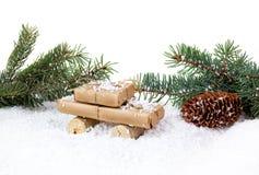 Stilisiertes Auto und Geschenkbox als Weihnachtsgeschenk Lizenzfreies Stockfoto