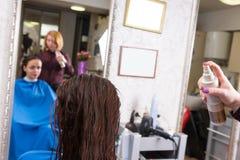 Stilist Bespuitend Product op Nat Haar van Cliënt royalty-vrije stock foto