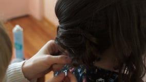 Stilist, der das Haar auf dem Kopf schlachtet stock video footage