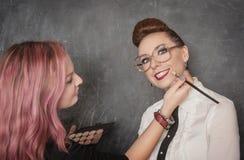 Stilist, der Make-up macht Lizenzfreie Stockbilder