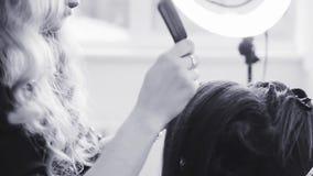 Stilist die in een schoonheidssalon en een aardige dame werken stock video