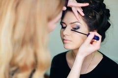 Stilist die in een schoonheidssalon en een aardige dame werken royalty-vrije stock foto