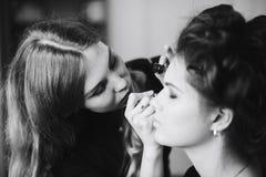 Stilist die in een schoonheidssalon en een aardige dame werken royalty-vrije stock fotografie