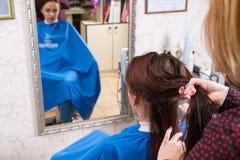 Stilist die Haar van Cliënt in Salon scheiden royalty-vrije stock foto