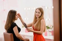 Stilist die make-up doen stock foto's