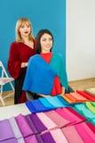 Stilist die met jonge vrouw werken stock afbeelding