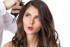 Stilist en donkerbruin model royalty-vrije stock fotografie