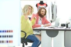 Stilist en ontwerper om nieuwe ideeën te bespreken royalty-vrije stock afbeelding