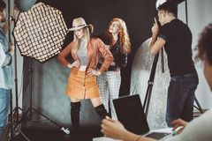 Stilist en professioneel model stock foto's