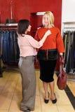 Stilist het helpen kiest kleren voor de klant royalty-vrije stock foto's