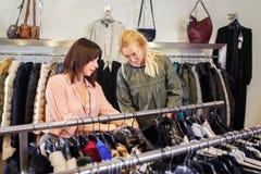 Stilist het helpen kiest kleren voor de klant royalty-vrije stock afbeeldingen
