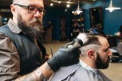 Stilist het scheren cliënt hoofd zijaanzicht royalty-vrije stock afbeelding