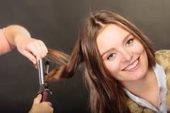 Stilist krullend haar voor jonge vrouw stock afbeeldingen