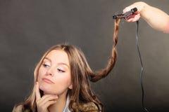 Stilist krullend haar voor jonge vrouw stock foto's
