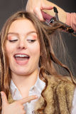 Stilist krullend haar voor jonge vrouw stock afbeelding