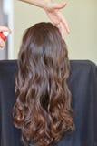 Stilist met haarlak die kapsel maken bij salon stock foto's