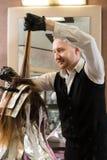 Stilist met haarverf en borstel kleurend haar bij salon royalty-vrije stock foto