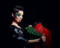 Stilist mit Gesichts-Kunst wickelt Mannequinketten ein Stockbild