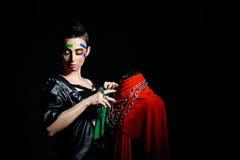 Stilist mit Gesichts-Kunst wickelt Mannequinketten ein Stockbilder
