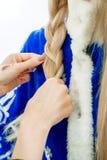 Stilist ` s übergibt Bortenzopf für Schnee-Mädchen Stockbilder